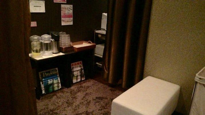 たかの友梨梅田本店-ロッカールームに置かれている「冷たいリンゴ酢」「ミネラルウォーター」「温かいごぼう茶」