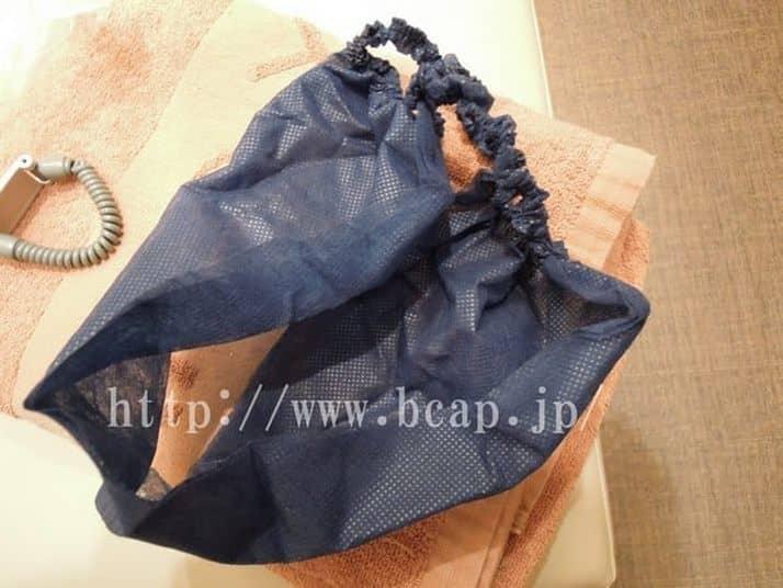 たかの友梨-施術前に用意されている紙パンツを開封ヒモパン